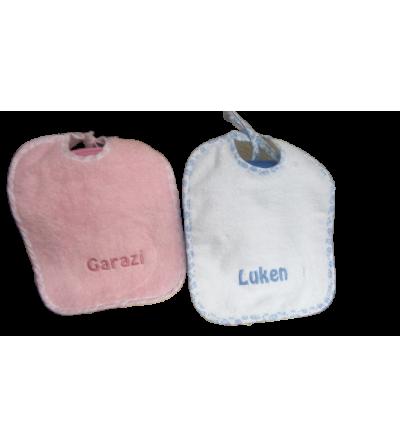 Babero de felpa con plástico por debajo y bordado con el nombre